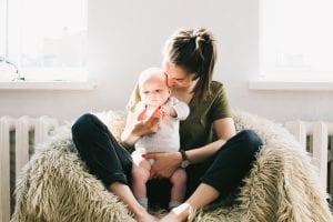 Mamá con collar lactancia para bebé